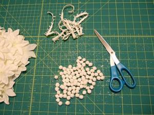 Подготовим цветы, срезав их с гирлянды и отделив пластиковые детали.
