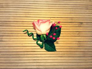 Бутоньерка с розой