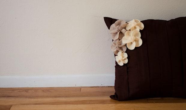 Подушка декорированная с цветами