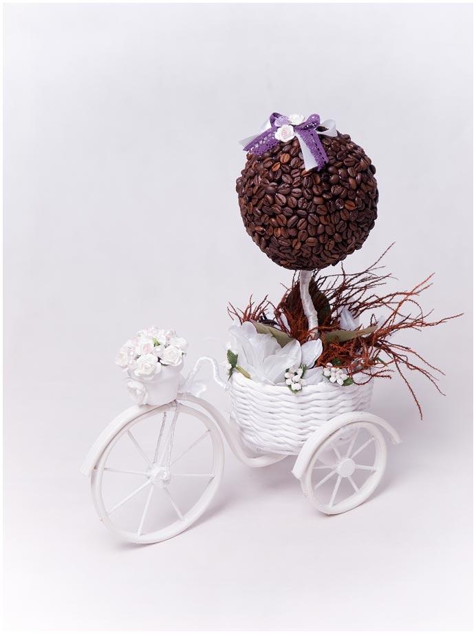 Велосипед с корзинкой кофейным топиарием
