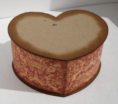 Шкатулка из картона в форме сердца